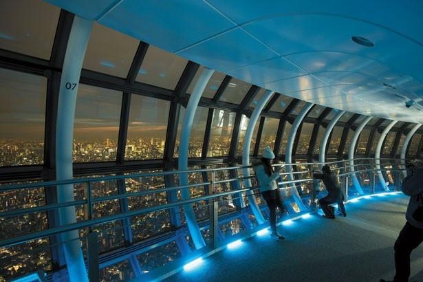 ライトアップされ宇宙船のような雰囲気の夜の天望回廊