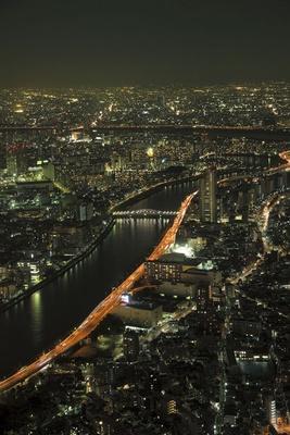 夜は首都高と隅田川がきらめきロマンチックな雰囲気に