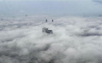 雲海におおわれた幻想的な東京の街が眼下に広がる