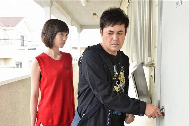 【写真を見る】有田哲平演じる孤独な警備員・富岡に隣人役の本田翼が一目ぼれ!?