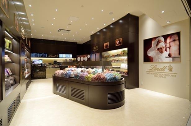チョコレートの量り売りも大人気。3月には京都四条通り店もオープン/リンツ ショコラ カフェ 阪急西宮ガーデンズ店