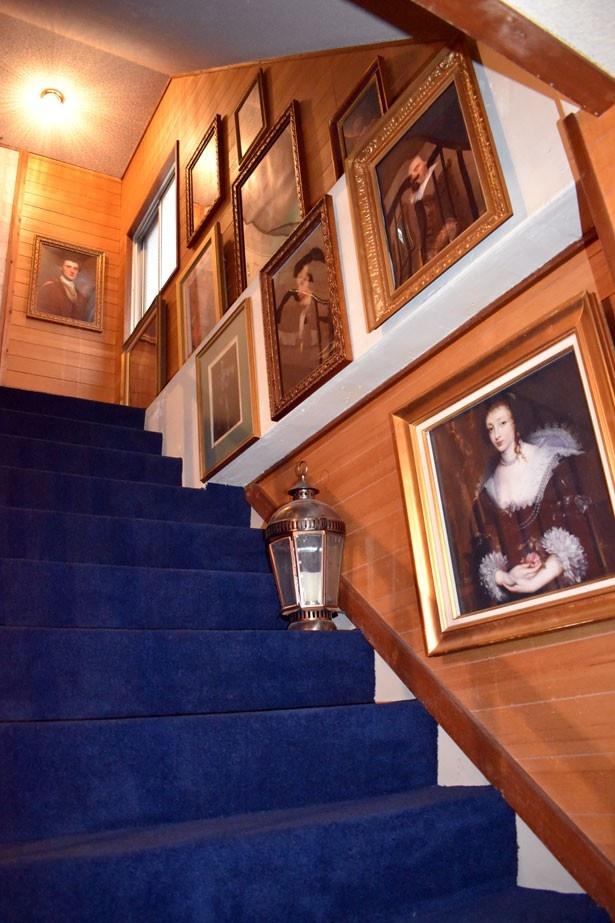 【写真を見る】階段に飾られた絵が今にも動きだしそう!?