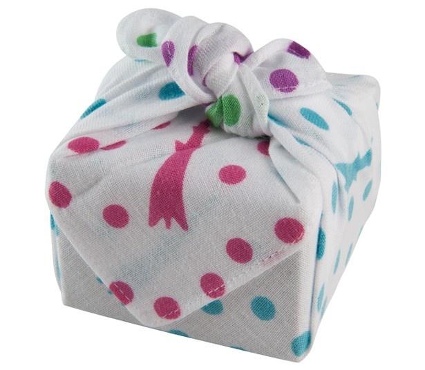 「まめぐい ソラマチ小紋」(540円)と一緒にお菓子(388円から)を購入すると包んでもらうこともできる