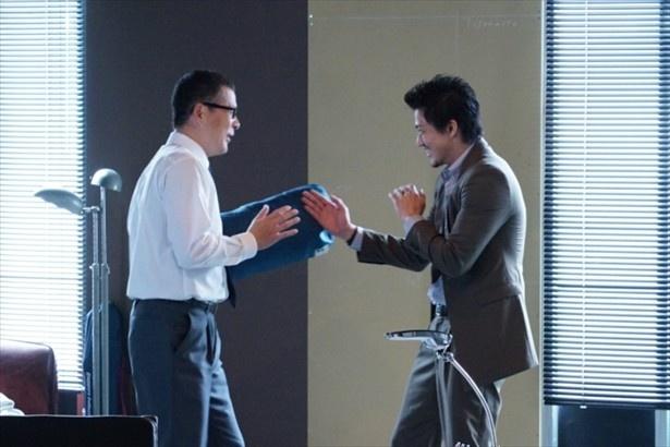 収録の合間にアクションを練習中の田中哲司と小栗旬