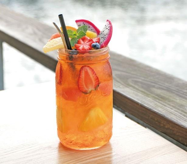 ピンクグレープフルーツのシロップとセイロンティーの「フルーツアイスティー」(1100円)/NORTHSHORE CAFE & DINING