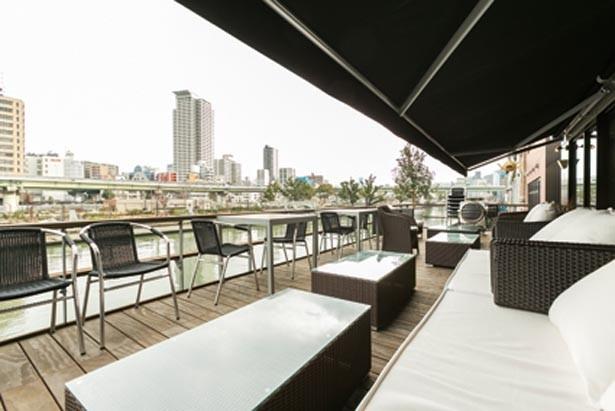 ソファーもあるテラス席が特等席。川からの風も心地いい/NORTHSHORE CAFE & DINING
