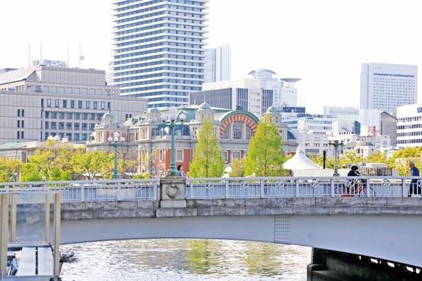 土佐堀川沿いにあり、ロケーションも最高。中之島バラ園や難波橋などが眺められる/NORTHSHORE CAFE & DINING