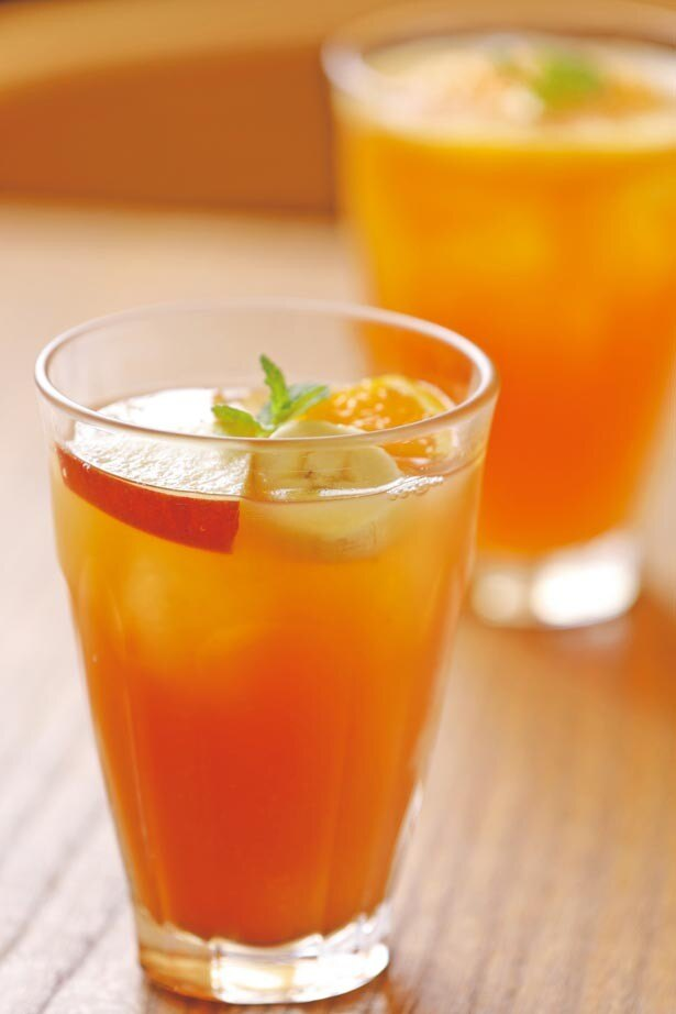 「スイートフルーツティー(アイス)」(870円)。アールグレイの香りを引き立てるフルーツジュースがポイント。ホットで楽しめるのもうれしい/Afternoon Tea TEAROOM 阪急うめだ本店