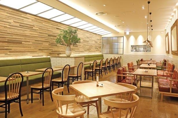 阪急うめだ本店は広々とした空間が特徴。席間もゆったりで、のんびりとくつろげる/Afternoon Tea TEAROOM 阪急うめだ本店