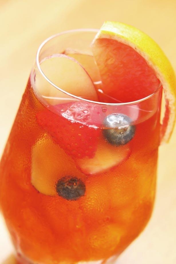 【写真を見る】セイロンブレンドにフルーツをトッピングした「アイスフルーツティー」(756円)/NORTH LOUNGE 北欧館