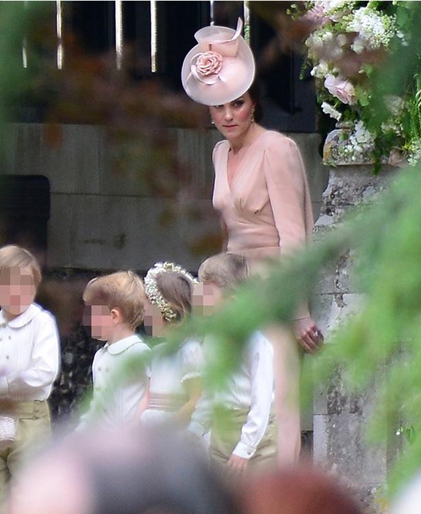 叔母に当たるピッパ・ミドルトンの結婚式でページボーイを務めた子供達と引率するキャサリン妃