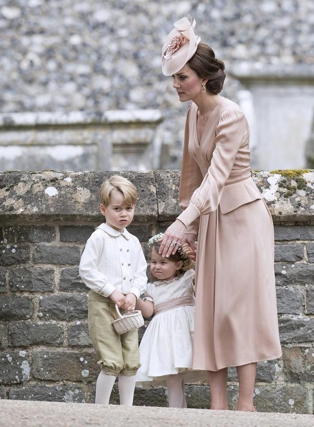 【写真を見る】「ドレスの裾を踏んづけてはいけません!」と叱られたジョージ王子