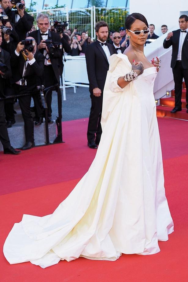 純白のドレスをクールに着こなしちゃうさすがのリアーナ