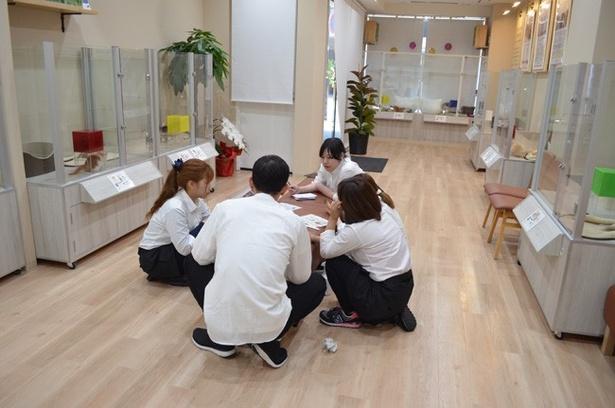 ネコの勉強会を行うスタッフたち