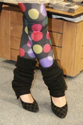 80年代風に派手柄タイツとクシュクシュレッグウォーマーを合わせた着こなし!パンプスとコーディネートして