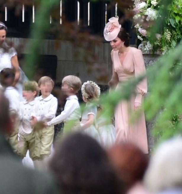 【写真を見る】ピッパ・ミドルトンの結婚式でのキャサリン妃とシャーロット王女ら子供たち