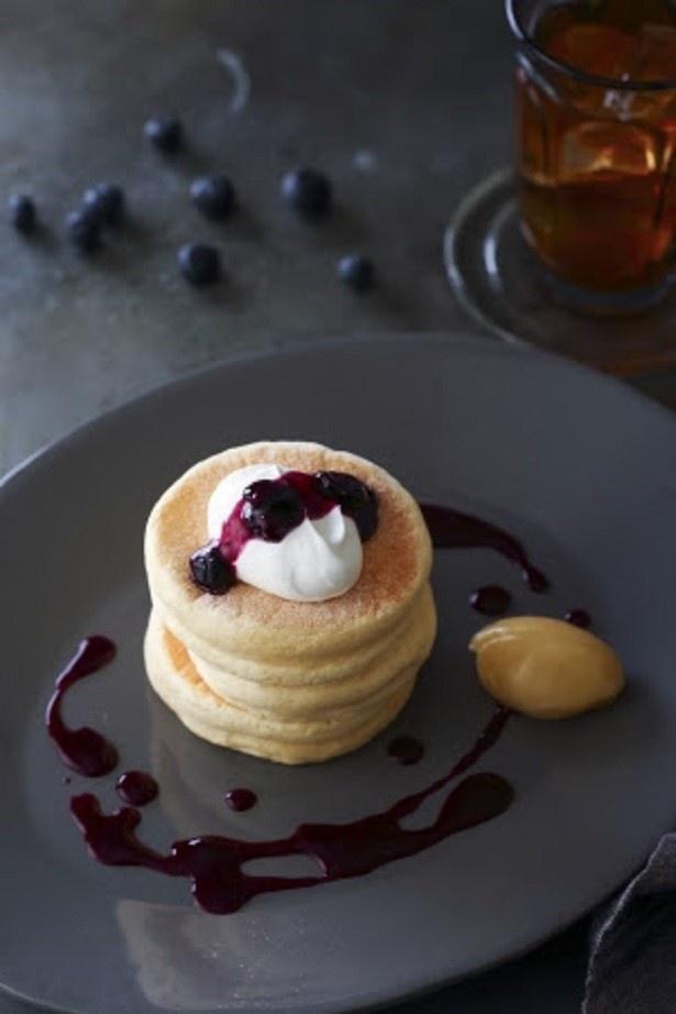 「リコッタ・チーズのパンケーキ~自家製ブルーベリーのジャム~」(1512円/ドリンクセット1944円)