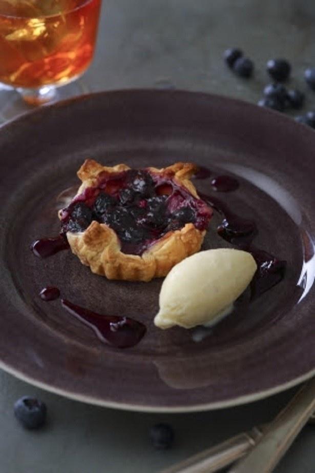 【写真を見る】「ブルーベリーのラフィネクリームパイ バニラアイス添え」(972円/ドリンクセット1404円)