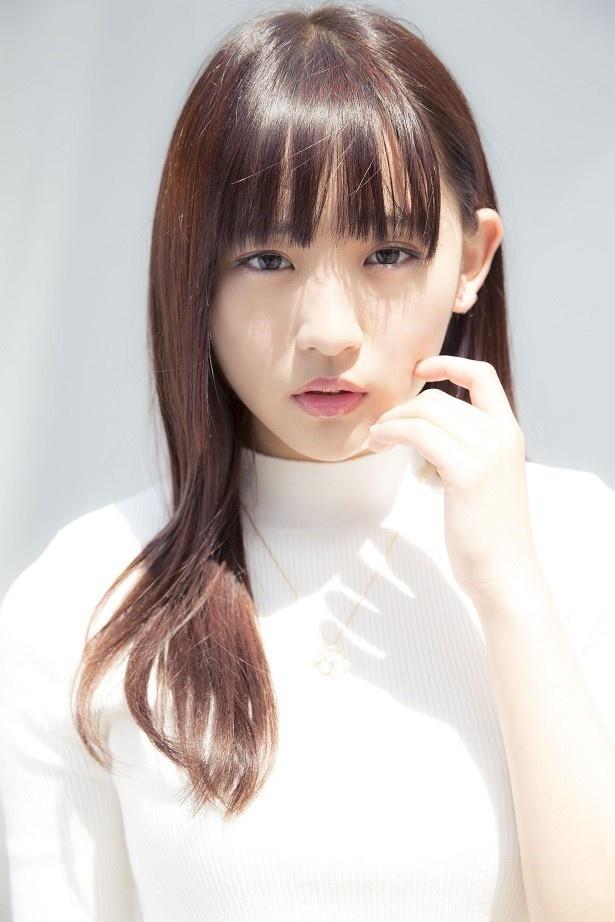 """""""1000年に一度の童顔巨乳""""のキャッチフレーズでグラビアを席捲している浅川は18歳。オトナっぽさも出てきた!?"""