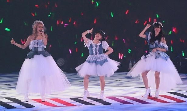 【写真を見る】3人はドレス姿も披露した