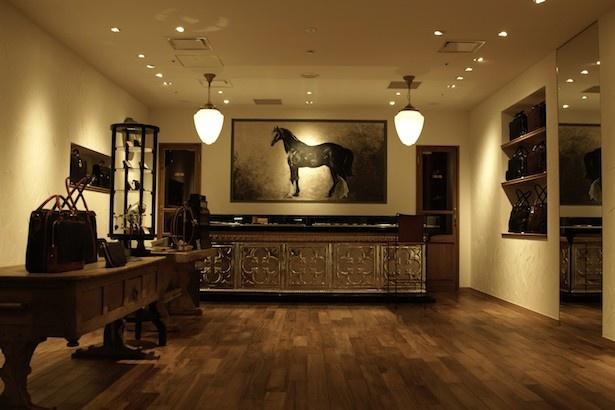 「TWCM EMA OSAKA」は生産をすべて日本国内で行い馬革を用いたバッグ、財布、小物などの商品を多数展開