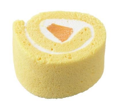 【写真を見る】黄桃&クリームを巻いたやさしい味わいのロールケーキ