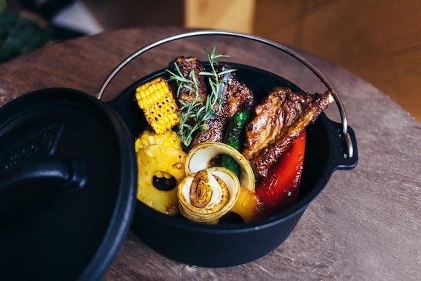 柔らかく香り豊かな燻製スペアリブと、グリルして甘味が増した新鮮な夏野菜が堪能できる「夏香る燻製スペアリブ BBQスタイル」