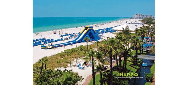 ビーチの中央付近に登場する全長53.3m、高さ11mの「HIPPO」は、急流滑りのようなスリルだ