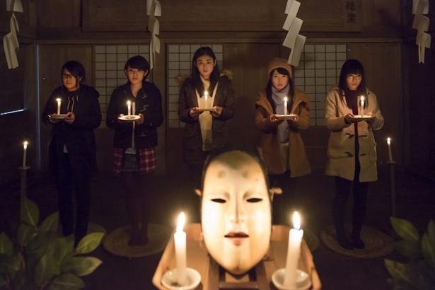 村を訪れた女子大生ら5人の女たちは奇妙な風習の餌食になってしまう