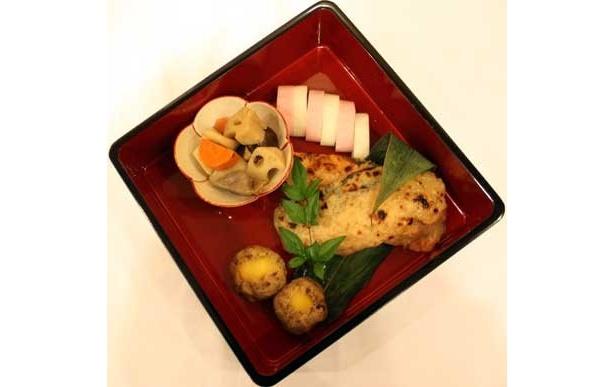 「和」の重は、2色かまぼこ、むき栗きんとん茶巾、鮭のみそ焼きの3点