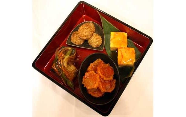 「中」の重は、かにかま卵の甘酢あんかけ、さばのから揚げあんかけ、シューマイのチリソース、中華風ごま団子