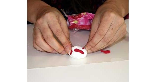 アイスは、よくこねた白い紙粘土を計量スプーンに詰め込んでドーム状にする。一度スプーンから取り出し、赤い紙粘土をちぎってまぶす