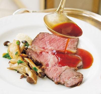 「ローストビーフ 西洋ワサビを添えて」。熟練のシェフがローストビーフに適した肉を厳選/帝国ホテル 大阪 ザ パーク