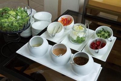 「ガーデンサラダ」。タマネギ、パプリカ、キュウリ、トマトなどの新鮮な野菜は、フレンチ・サウザン・和風の3種のドレッシングで/帝国ホテル 大阪 ザ パーク