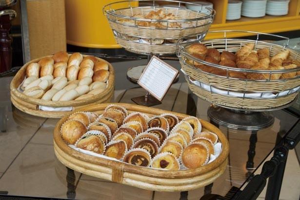 毎朝焼き上げるパンは12種類。バゲット、クロワッサンのほか、デニッシュやブリオッシュはスイーツ感覚でも食べられる小さめサイズ/帝国ホテル 大阪 ザ パーク