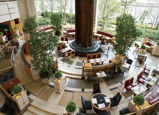 吹き抜けが開放的なラウンジには水のオブジェが。バイオリンなど楽器の生演奏も毎日実施/帝国ホテル 大阪 ザ パーク