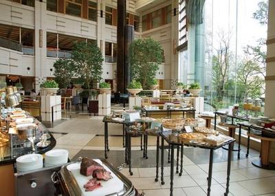 温製料理のほか、スイーツやフルーツも並ぶ/帝国ホテル 大阪 ザ パーク