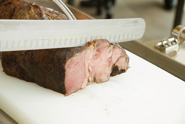 ローストビーフは大正時代初期から提供。火入れから提供までしっかり時間をかけ、柔らかく肉汁がじわりと広がるように調理している/帝国ホテル 大阪 ザ パーク