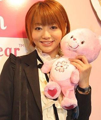「Sweet Sakura Bear」を持ってほほえむ眞鍋かをりさん