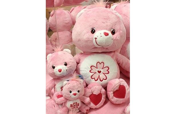 「Sweet Sakura Bear」のぬいぐるみ(Mサイズ2940円、Sサイズ1260円)と、ぬいぐるみキーチェーン(840円)