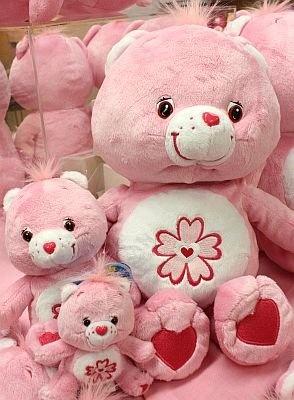 日本をテーマにしたケアベアの新作「Sweet Sakura Bear」。サクラのマークの中心にハートが描かれ、淡いピンク色がとってもキュート
