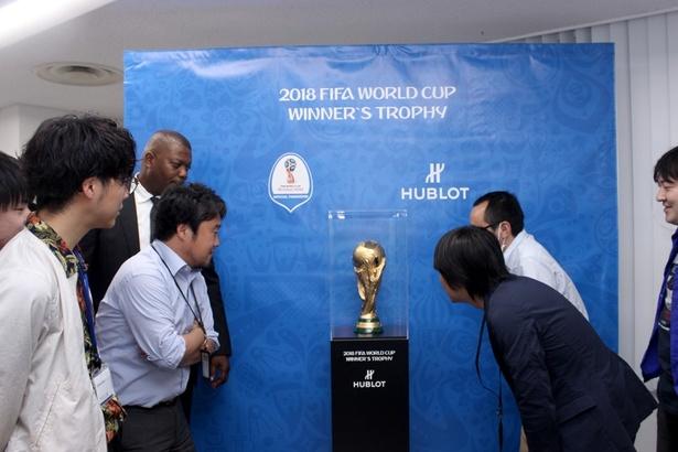FIFAワールドカップ優勝トロフィーがウォーカープラス編集部にやってきた!