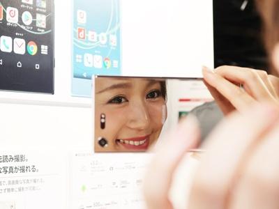 Xperia XZ Premiumは2色展開。どちらも鏡面仕上げがされており、Luminous Chromeはまるで鏡のよう