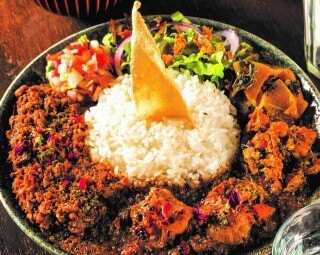 人気No1のスタンダード「混盛(こんもり)」1,000円。2種のスパイスカレーに日替りのスリランカ風副菜、パパダン、サラダ、デザート付き。全部混ぜて味わうスリランカスタイルで召し上がれ