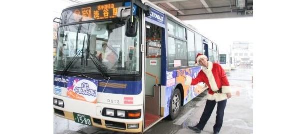 サンタクロースに扮した京王バスの運転手さん