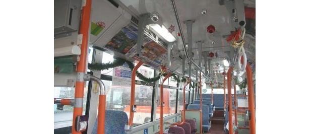 クリスマスデコレーションが揺れるかわいいバス車内