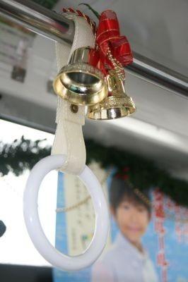 吊り革にはベルが飾り付けられている