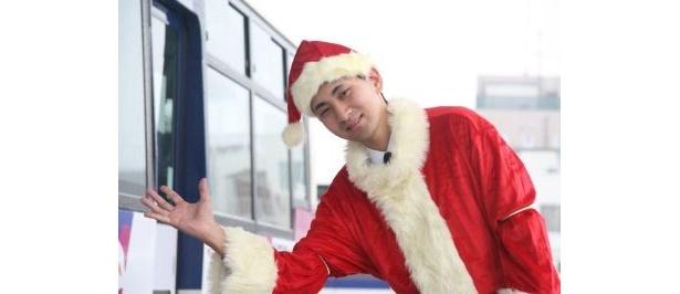サンタクロースに扮した運転手さん
