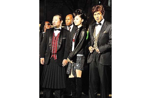 パンクロックな「少年メリケンサック」組。手前左から・木村祐一、宮崎あおい、佐藤浩市