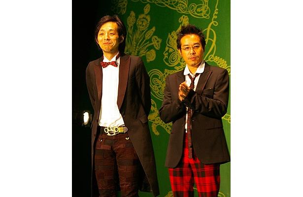 パンクコントバンド「グループ魂」のメンバーである宮藤官九郎監督(左)と、 元パンクロッカーの田口トモロヲは、フォーマル×パンク